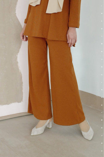 IRONLESS: Comfortwear Taraa Pants In Cinnamon