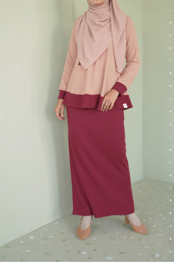 Comfortwear: Akeen Set In Sheepskin And Rumba Red